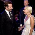 Bradley Cooper s'invite sur scène pour un duo surprise avec Lady Gaga