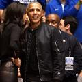Barack Obama et son bomber font sensation lors d'un match de basket-ball