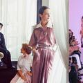 À Paris, la griffe Chloé rend un touchant hommage à Karl Lagerfeld