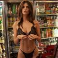 Emily Ratajkowski sort une collection de lingerie... et ce n'est pas si mal