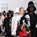 """""""Femmes, je vous aime"""" : les collections pleines de poésie de Valentino et Givenchy"""