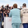 """Elton John et son mari surgissent in extremis au photocall de """"Rocketman"""""""