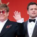 Sur le tapis rouge, l'acteur qui interprète Elton John refait le lacet… d'Elton John