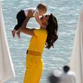"""Eva Longoria pose """"innocemment"""" avec son bébé de 11 mois à Cannes"""