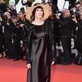 Chapeau de paille et robe à paillettes : le paradoxe Isabelle Adjani sur les marches du Festival de Cannes