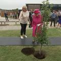 "En vidéo, Elizabeth II refuse de l'aide à Cambridge : ""Je suis encore capable de planter un arbre"""