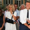Brigitte Macron apparaît le bras en écharpe après une mauvaise chute
