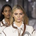 """Kendall blonde, visière esprit """"Servante écarlate"""", trench XXLong... Le défilé Burberry printemps-été 2020 en détails"""