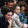 David, Brooklyn et les autres... La famille Beckham au premier rang du défilé de Victoria