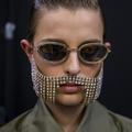 Femme-tableau, barbe strassée et mannequins canins : le plus insolite de la Fashion Week