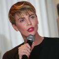 """""""Je me sens totalement dépassée"""" : Charlize Theron évoque son quotidien entre enfants et tournages"""