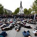 À Paris, des femmes étendues sur le sol pour dénoncer les féminicides