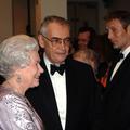 Comment Elizabeth II a brisé le protocole pour jouer avec James Bond : les révélations cocasses de la couturière de la reine