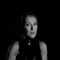 """Céline Dion évoque l'absence de René dans son nouveau clip """"Courage"""", en larmes"""