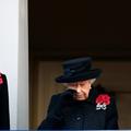 Bouleversée, la reine Elizabeth II verse une larme lors du Jour du souvenir