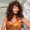 Helena Christensen, héroïne sublimement kitsch de la campagne de fin d'année de Versace