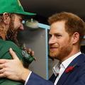 Le prince Harry trinque avec les Sud-Africains dans les vestiaires