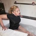 """Bain glacé et """"tasse d'urine"""" ? L'improbable vidéo de Madonna filmée à 3 heures du matin"""