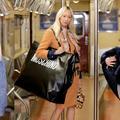 Sacs, casquettes, chaînes XXL... Moschino en fait-elle trop avec la tendance oversize ?
