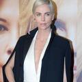 Charlize Theron revient sur sa confrontation avec un réalisateur qui l'aurait harcelée sexuellement
