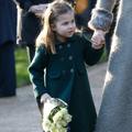 Quand la princesse Charlotte refuse de se séparer d'un bouquet offert par un jeune admirateur