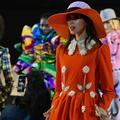 Look opulents et défilés exubérants : quand la joie règne sur les podiums