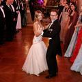 """En vidéo, Stella Belmondo et Stéphane Bern ouvrent le Bal des débutantes sur le """"Beau Danube bleu"""""""