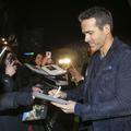Ryan Reynolds manque de se faire écraser par une marée de fans au Brésil