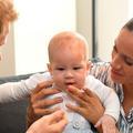 Pendant ce temps, Meghan Markle avec Archie en porte-bébé à Vancouver