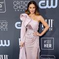 "L'improbable séance de préparation ""jambe en l'air"" de Kate Beckinsale aux Critics' Choice Awards"