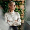 Politique, finance, pub… La femme senior prend le pouvoir