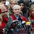 """""""Nous avons ressuscité de tes cendres"""" : Rose McGowan accable Harvey Weinstein devant le tribunal de Manhattan"""