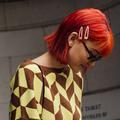 Orange, bleu, fuchsia... Les cheveux colorés font crépiter les street styles de la Fashion Week
