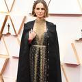 La cape brodée de Natalie Portman dénonce l'absence de réalisatrices aux Oscars