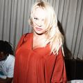 """""""Je n'ai besoin de personne pour payer mes factures"""" : Pamela Anderson nie avoir épousé Jon Peters pour son argent"""