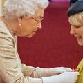 Gants blancs et coups de coudes : comment la famille royale se protège du coronavirus