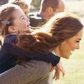 Kate Middleton partage des clichés inédits de sa fille Charlotte et de sa mère, Carole