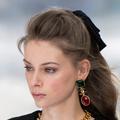 Fleur, ruban... Comment accessoiriser sa demi-queue selon le défilé Chanel