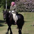 Elizabeth II à cheval pour sa première apparition publique depuis le confinement