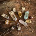 Treize cristaux bruts à porter à fleur de peau pour un été au naturel