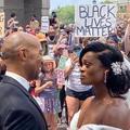 La vidéo de jeunes mariés s'embrassant lors d'une manifestation Black Lives Matter émeut Internet