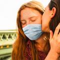 La bise est de retour (pour certains) : comment s'embrasser et se câliner sans risque ?