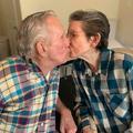 En vidéo, les émouvantes retrouvailles d'un couple d'octogénaires séparés durant sept mois par le Covid