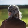 Âge, génétique, jaunissement... Les idées reçues sur les cheveux blancs