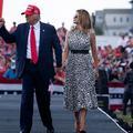 Sanglée dans une robe léopard, Melania Trump assiste (enfin) à un meeting de campagne de Donald