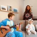 En vidéo, la visite surprise de Julien Doré en pyjama à un frère et sa petite sœur