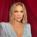 """Jennifer Lopez et son carré """"effet mouillé"""" font tourner les têtes aux American Music Awards"""