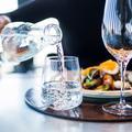 Faut-il éviter de boire de l'eau en mangeant ?