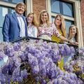 Maxima et Willem-Alexander des Pays-Bas et leurs trois filles partagent une carte de vœux (très) fleurie