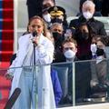 """Investiture : Jennifer Lopez crie """"justicia para todos"""" avec des boucles d'oreilles Chanel"""